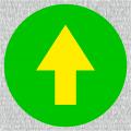 Gelber Richtungspfeil auf grünen Grund