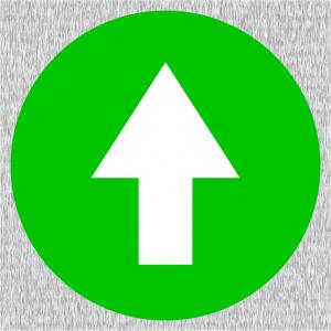 Weißer Richtungspfeil auf grünen Grund